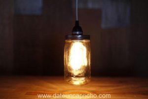 Bonita lámpara con un tarro de vidrio