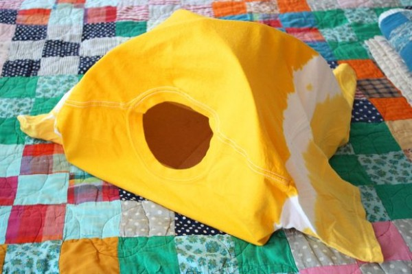 DIY-Cat-Tent-from-an-Old-T-Shirt-12