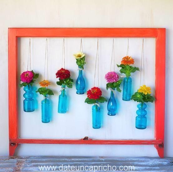 Jardín colgante de flores secas en botellas