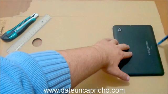 Funda para tablet utilizando unos jeans DIY manualidades reciclando cartón y unos vaqueros 0143