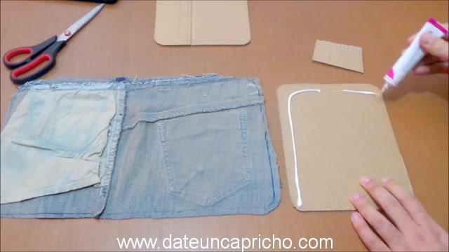 Funda para tablet utilizando unos jeans DIY manualidades reciclando cartón y unos vaqueros 0488