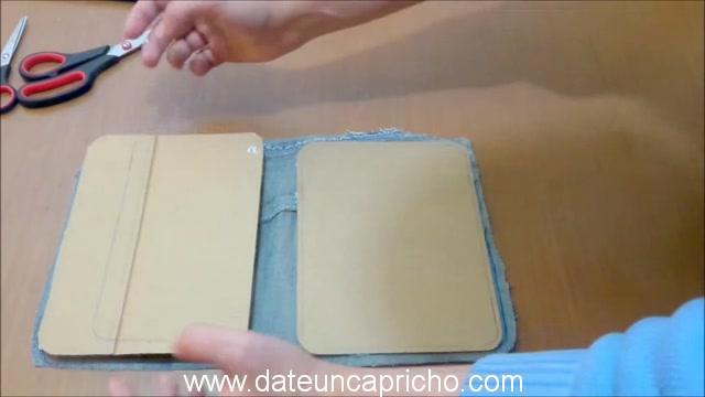Funda para tablet utilizando unos jeans DIY manualidades reciclando cartón y unos vaqueros 0585