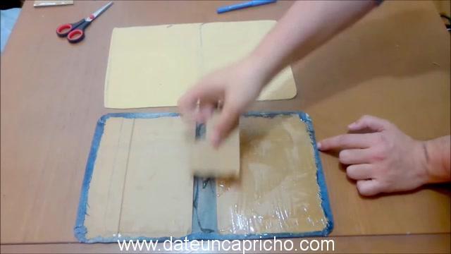 Funda para tablet utilizando unos jeans DIY manualidades reciclando cartón y unos vaqueros 0703