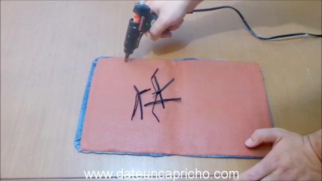 Funda para tablet utilizando unos jeans DIY manualidades reciclando cartón y unos vaqueros 0853