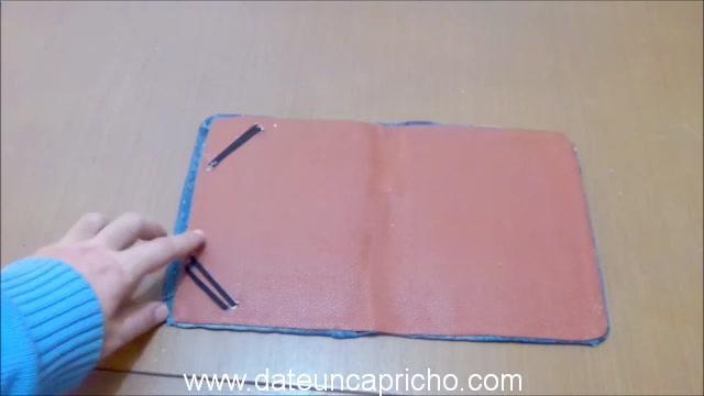 Funda para tablet utilizando unos jeans DIY manualidades reciclando cartón y unos vaqueros 0890