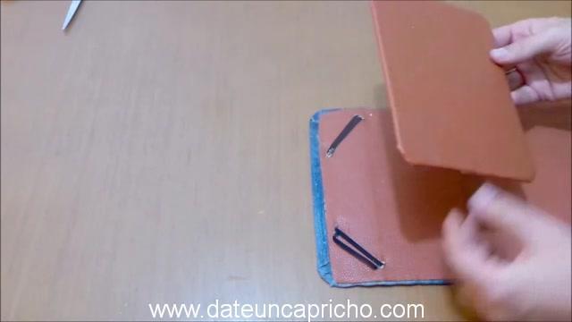 Funda para tablet utilizando unos jeans DIY manualidades reciclando cartón y unos vaqueros 0934