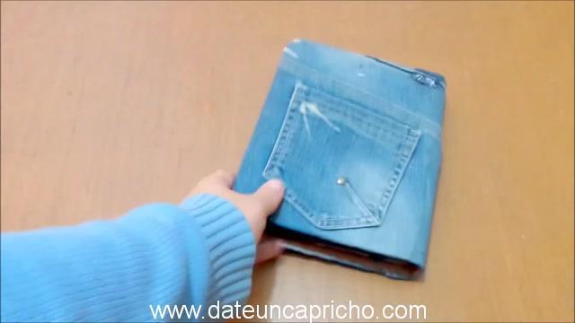 Funda para tablet utilizando unos jeans DIY manualidades reciclando cartón y unos vaqueros 1049