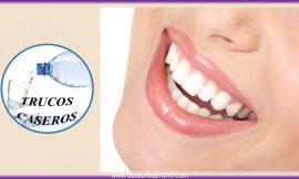 Cómo blanquear los dientes de forma natural – 2 maneras naturales para aclarar su sonrisa.